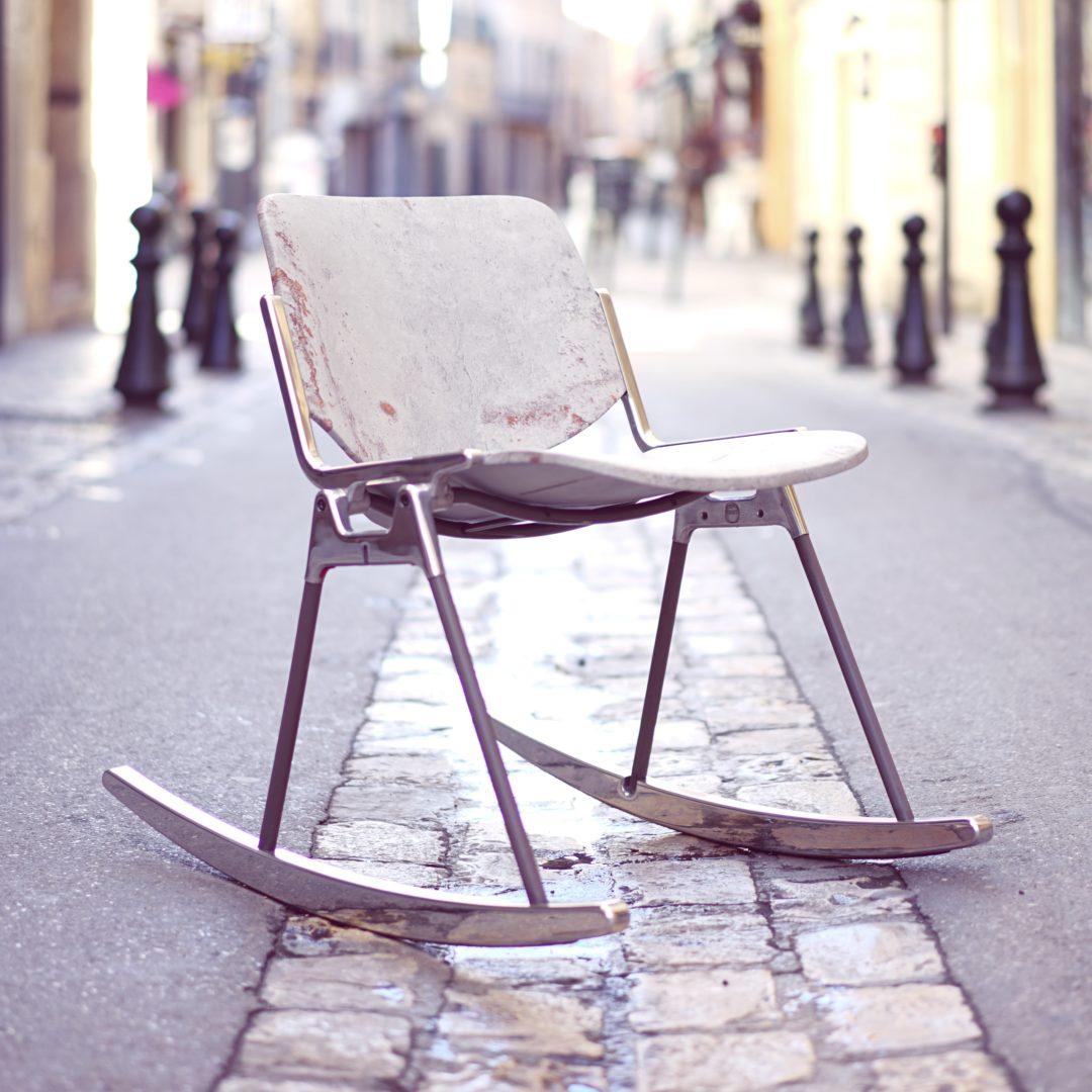 chaise à bascule RIOH, placage pierre naturelle